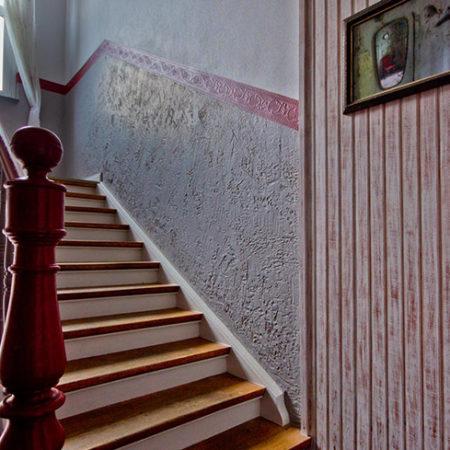 Eine altmodische Treppe mit Holzstufen und einem Holzgeländer