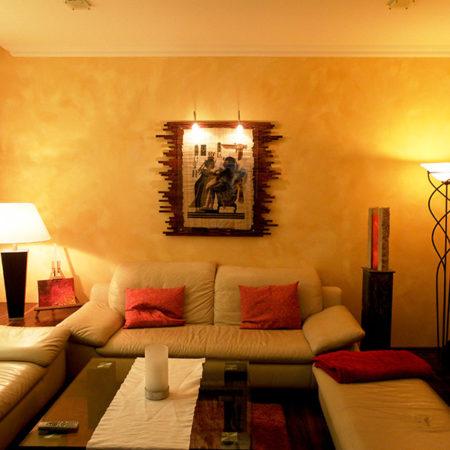 Warmes, mediterranes Wohnzimmer
