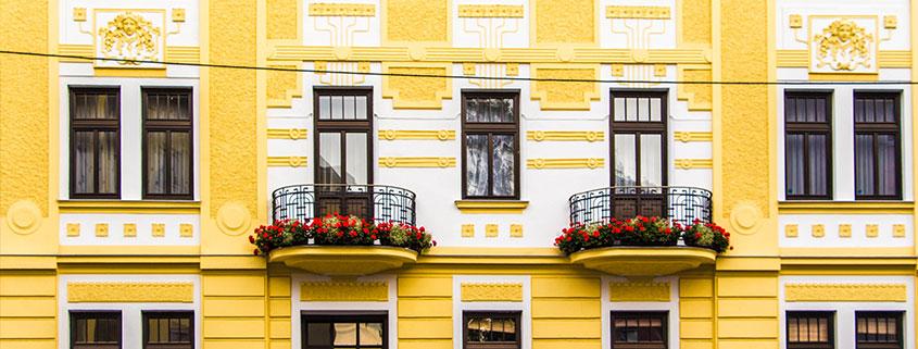 Eine Gelb-weiße Fassade mit vielen Ornamenten