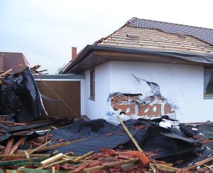 Haus durch Sturm beschädigt. Abgerissenes Dach und kaputte Fassade.
