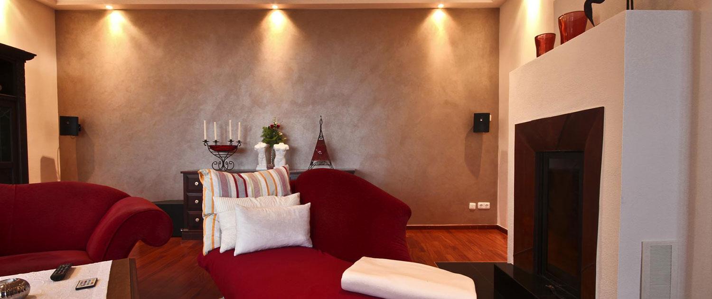 Ein Wohnzimmer mit Deckenlichtern und einem rustikalen Flair