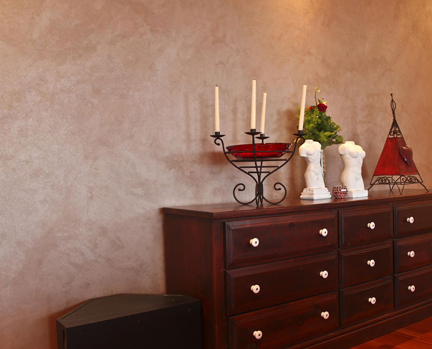 Eine hölzerne Kommode mit Büsten und einem Kerzenständer