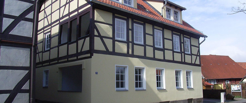 Ein hellgelbes Fachwerkhaus