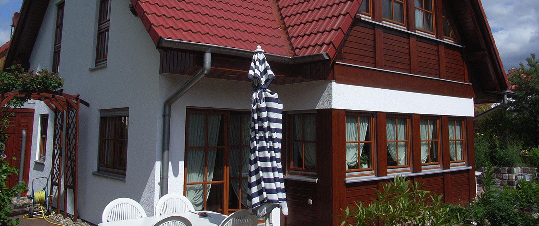 Ein Haus mit einer hölzernen Fassade