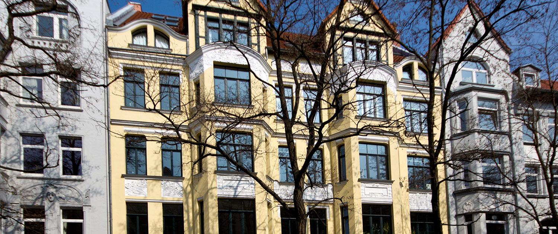 Eine gelbe Hausfassade