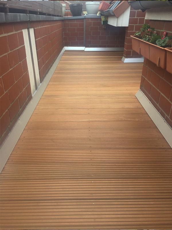 Frisch sanierter Balkon mit Holzboden