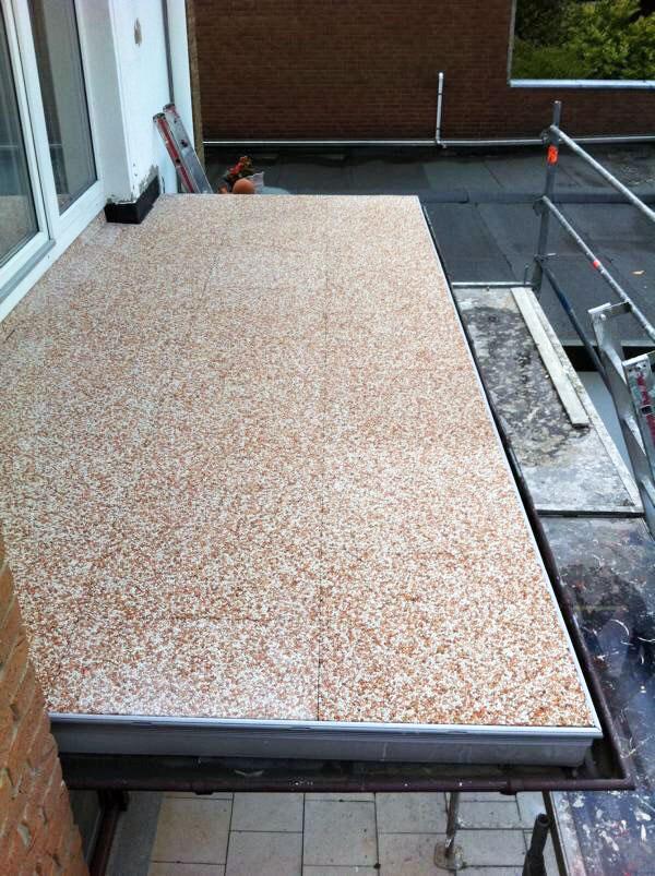 Balkon mit frisch sanierten Platten, ohne Geländer