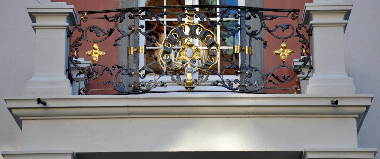 Schwarz-goldenes kunstgeschmiedetes Geländer im Barock Stil